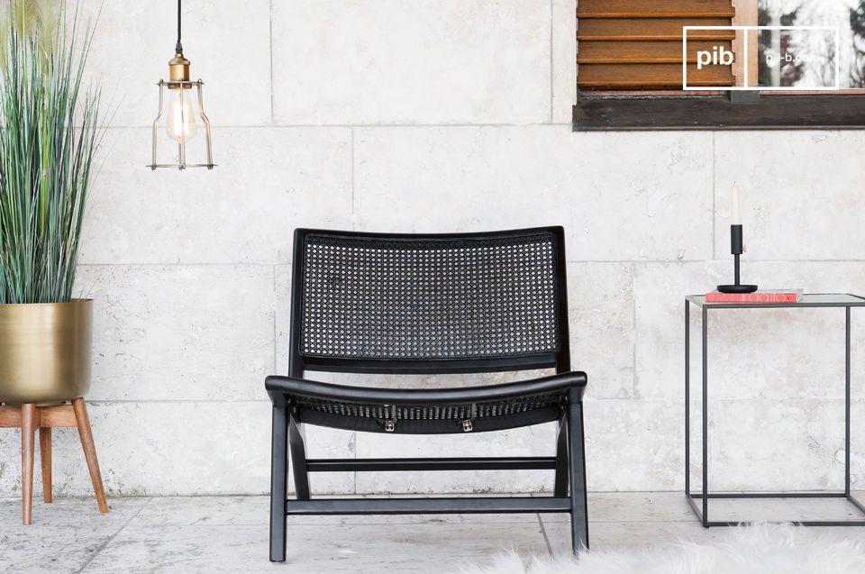 Een rieten fauteuil, met een eenvoudige en elegante uitstraling