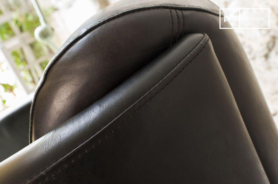Deze leren fauteuil uit het begin van de 20ste eeuw heeft een tijdloos karakter