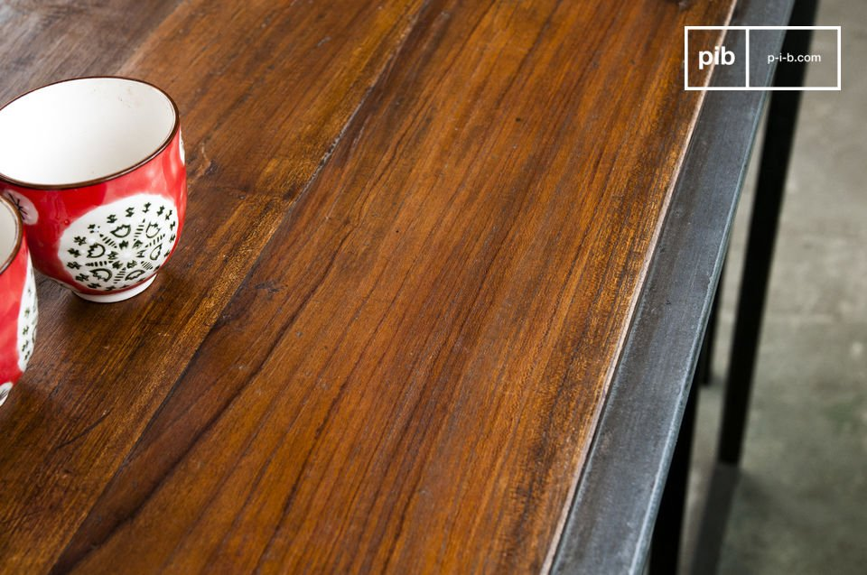 De Finn set bestaat uit een tafel en twee stoelen