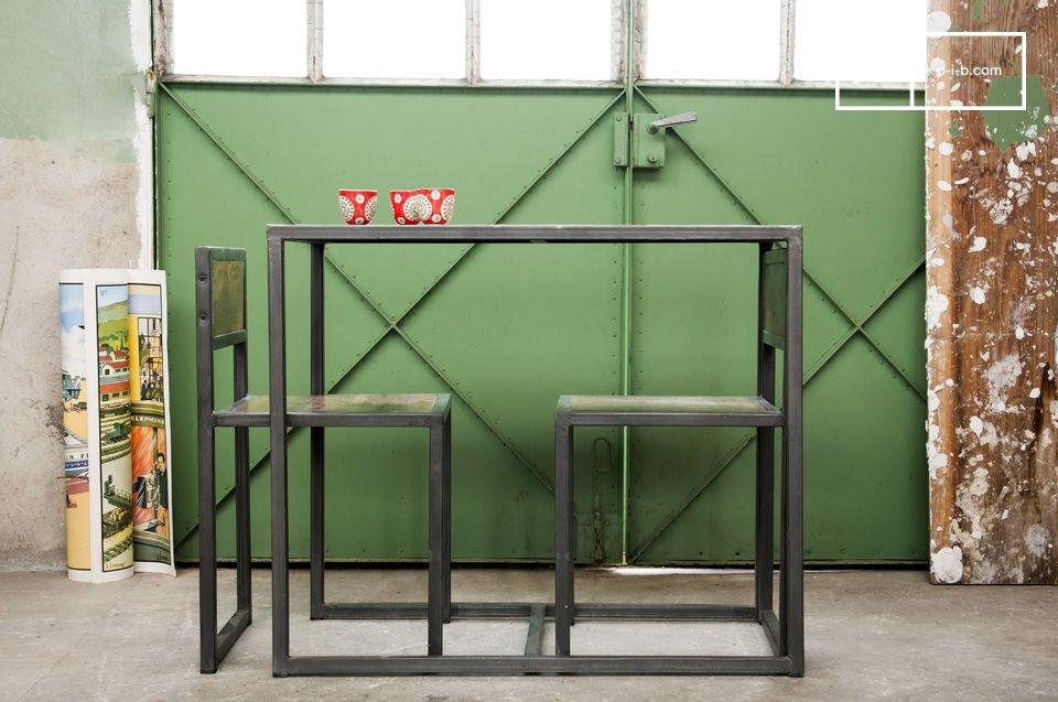 De combinatie van het donker metalen frame en het oude gerecyclede teakhout accentueert de