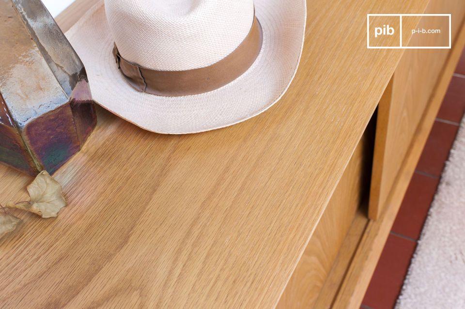 De vintage afwerking maakt dit buffet deel uit van de naoorlogse meubeltraditie