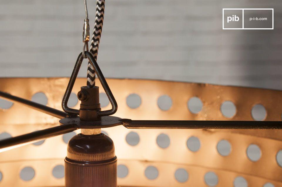 Volledig gemaakt van metaal, deze hanglamp heeft een prachtige matzwarte kleur