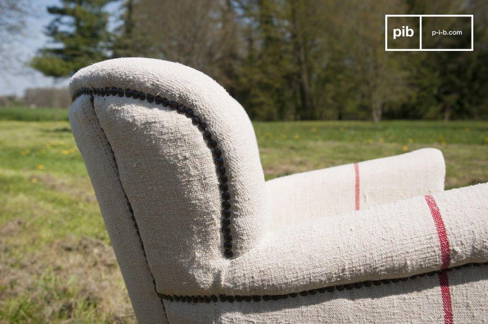 Landelijk fauteuil van een dikke stof