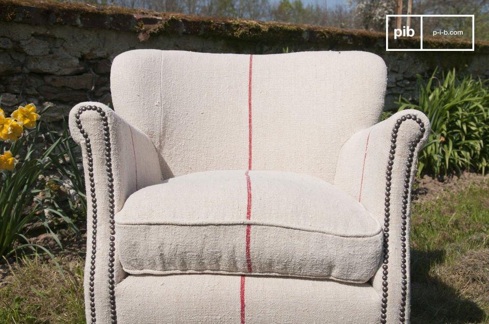 Deze fauteuil past in elk interieur en de rode lijnen voegen een moderne touch toe aan de stoel