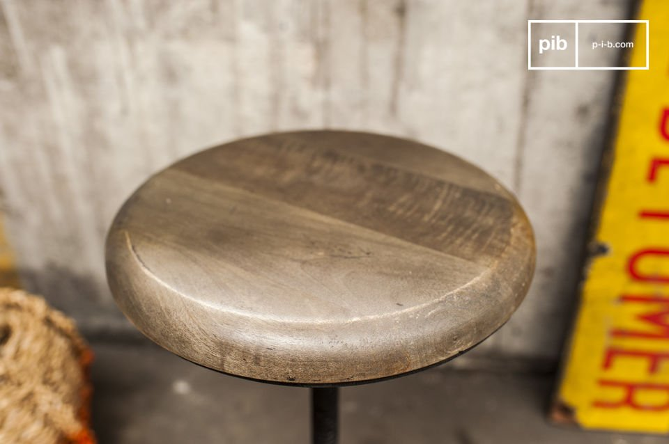 Een industriële kruk, volledig gemaakt van gegoten metaal en hout