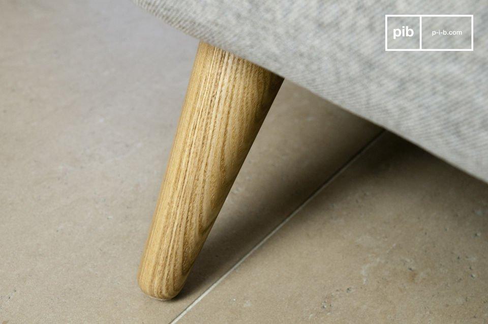 Deze comfortabele bank is bekleed met een stevige dikke grijze stof en is goedgevuld (30k/gm3)