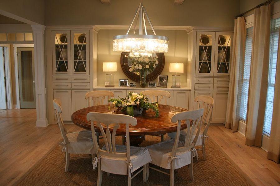 Gezellig interieur ronde tafel