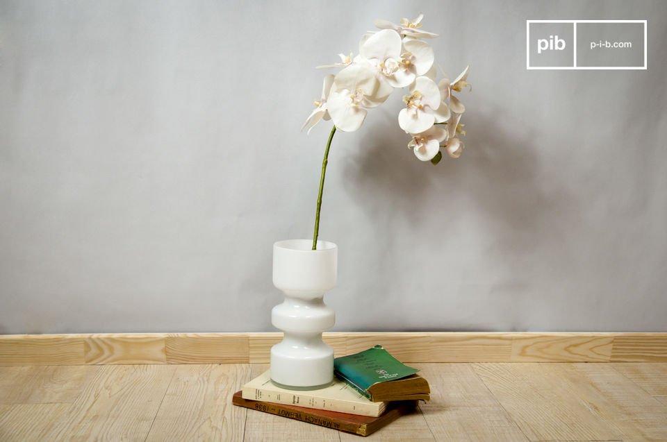 Deze cilindervormige vaas past perfect in een retro interieur die is geïnspireerd op de jaren ?50, maar ook in een modern interieur zal de Ella vaas zijn plekje vinden