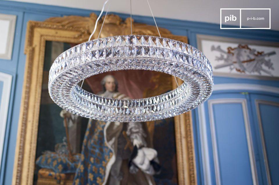 De glazen Monte Carlo kroonluchter bestaat uit honderden hangemaakte afgeronde glazen rechthoeken
