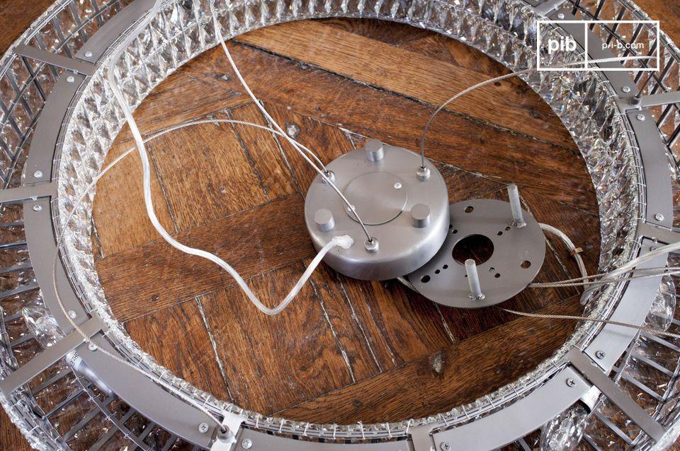 De afstand tussen de kroonluchter en het plafond kan aangepast worden tot 150 cm