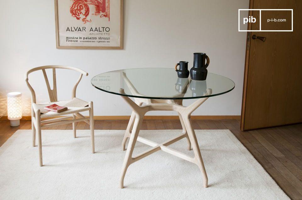 Een ronde tafel van hol hout met transparantie, een combinatie van massief hout en gehard glas
