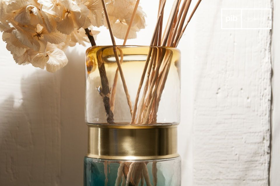 Kleurrijk glas met een elegante koperen riem