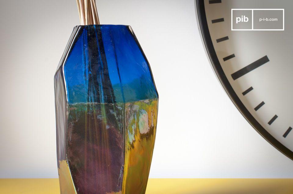 De glazen vaas Ingeborg vertoont rechte en elegante lijnen