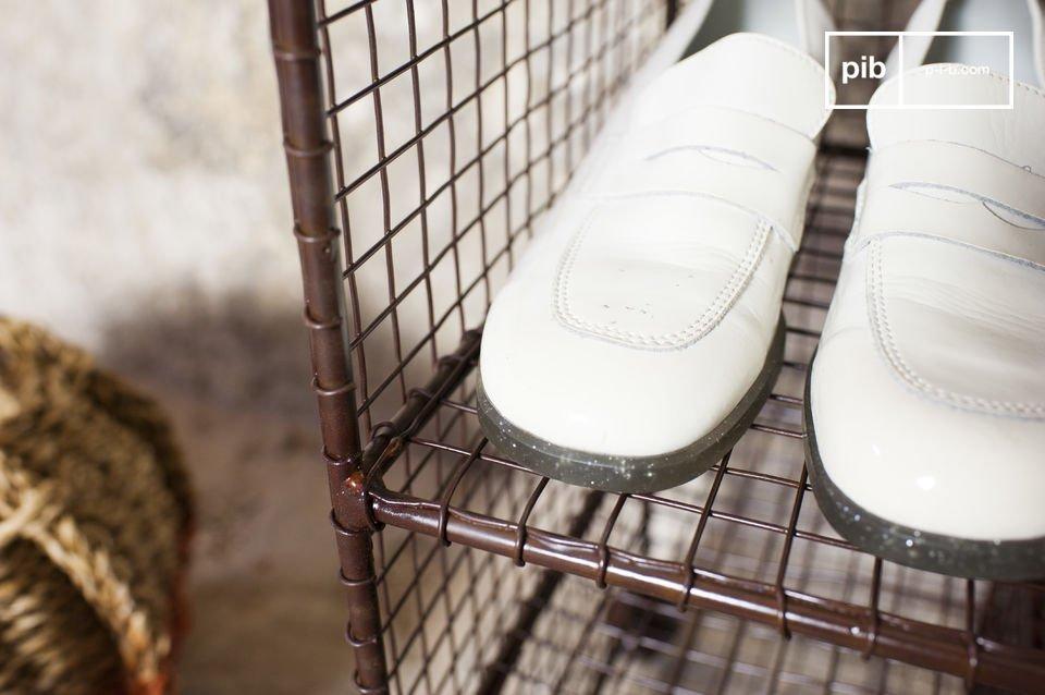 De Gardel schoenenrek is een metaal meubelstuk die functionaliteit combineert met vintage