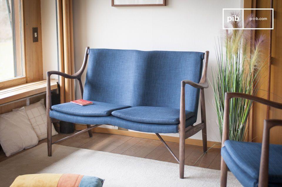 De twee zitkussens worden op hun plaats gehouden door haak- en lusbevestigingen en de stof wordt