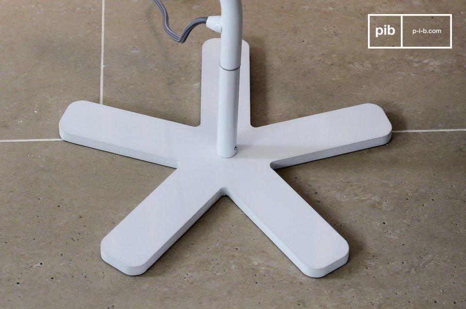 Het design staat je toe de lamp dicht bij een stoel te plaatsen, zonder dat het in de weg staat