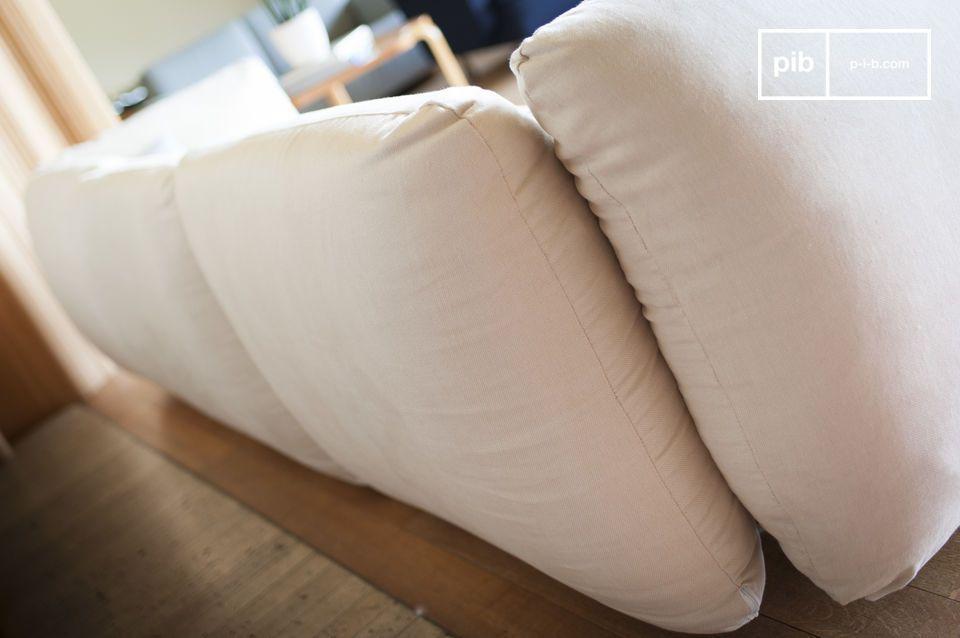 De bank biedt ook hoge armleuningen dankzij zijn hoge vullingdichtheid en uitstekende zitkwaliteit