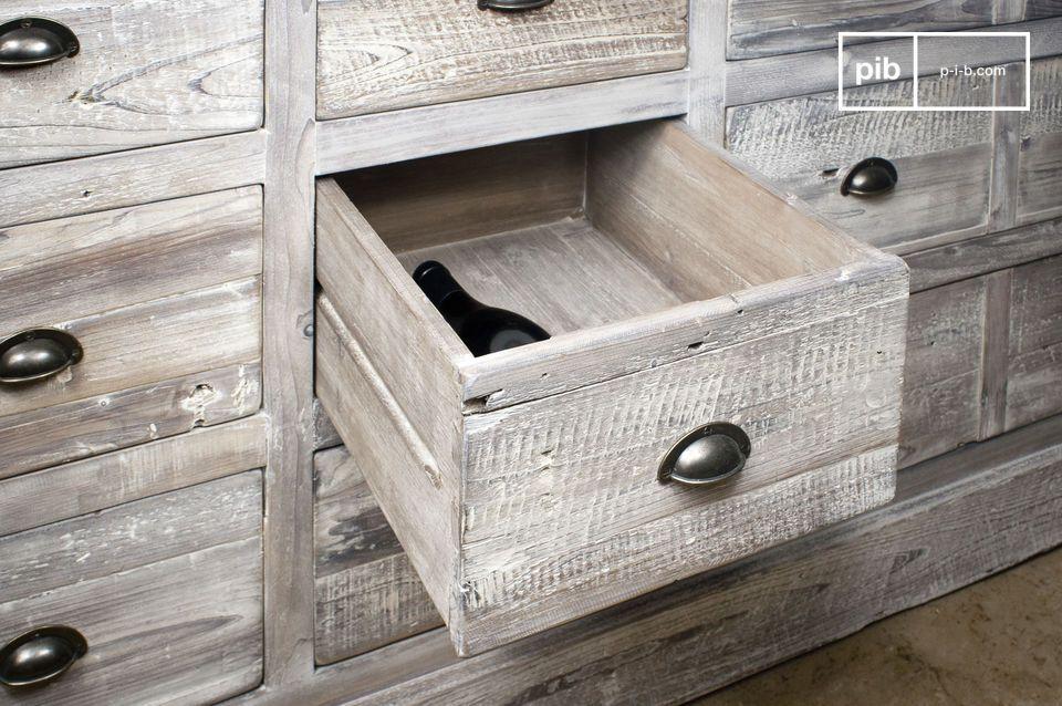 Volledig gemaakt van oud gerecycled grenenhout en de verouderde uitstraling geeft het meubelstuk