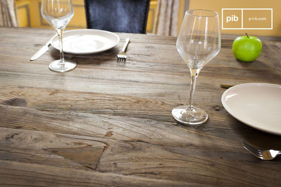 Een ideale tafel voor feestelijke maaltijden (14 gasten kunnen gemakkelijk plaatsnemen)