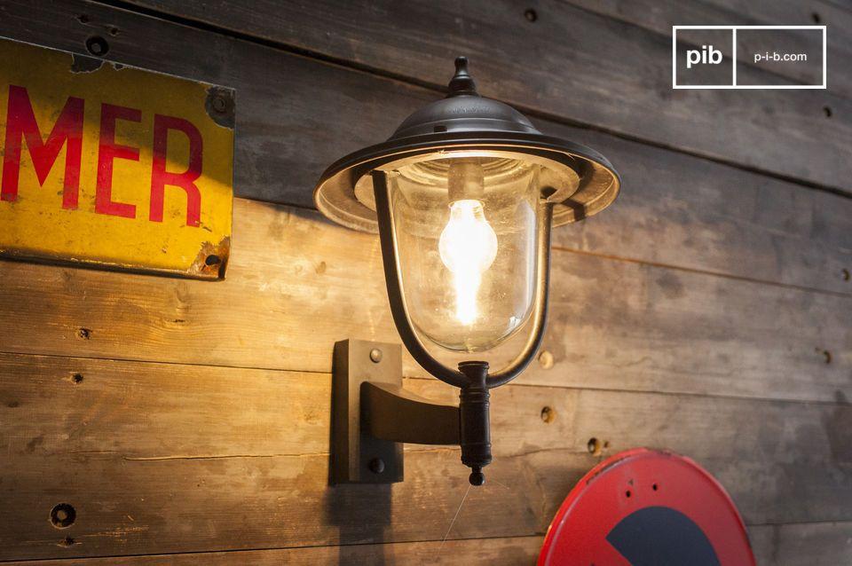 Een robuuste en tijdloze metalen wandlamp voor buitengebruik