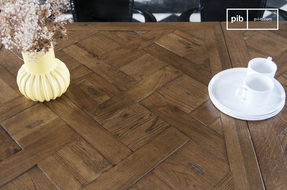 De laklaag beschermt het hout en zorgt voor gemakkelijk onderhoud: een eenvoudige spons en uw tafel