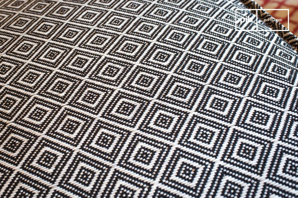 Dankzij het volledig geweven zwart-witte geometrische patroon dat aan alle vier de zijden wordt