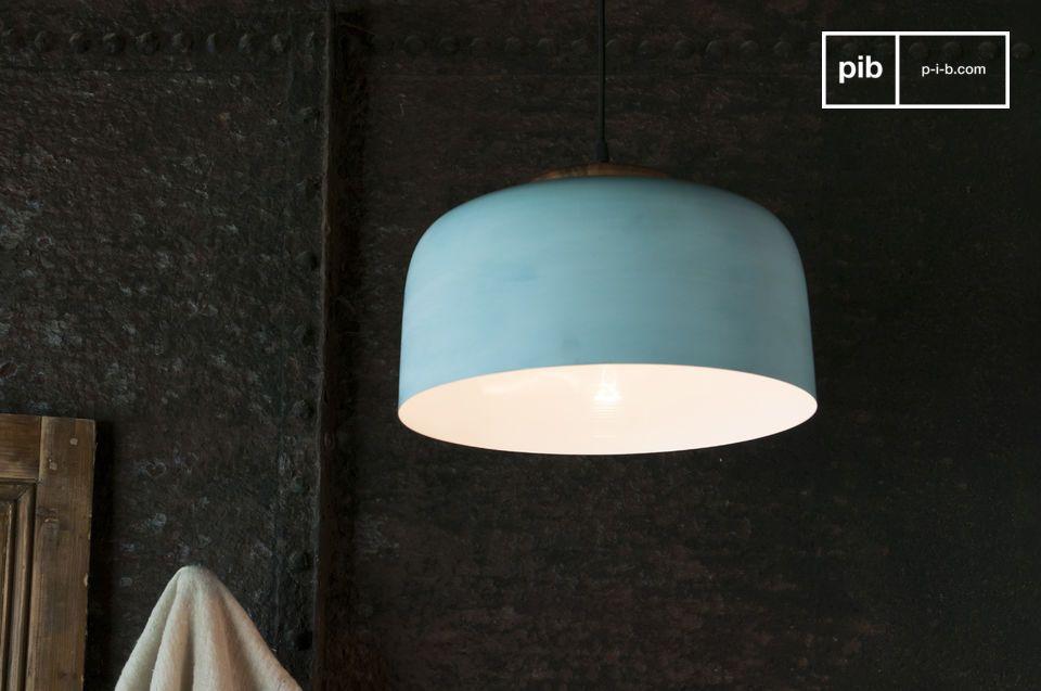 Een hanglamp met Scandinavische accenten in gepatineerd metaal