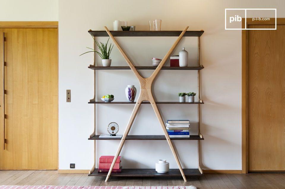 De originaliteit van een grote houten boekenkast met hangladen