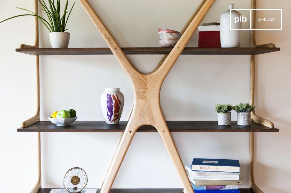 Deze hoge boekenkast in massief essenhout combineert een origineel design met zorgvuldige