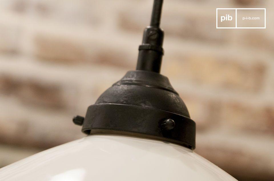 In matzwart zorgt het bovenste deel van de hanglamp voor een echt contrast