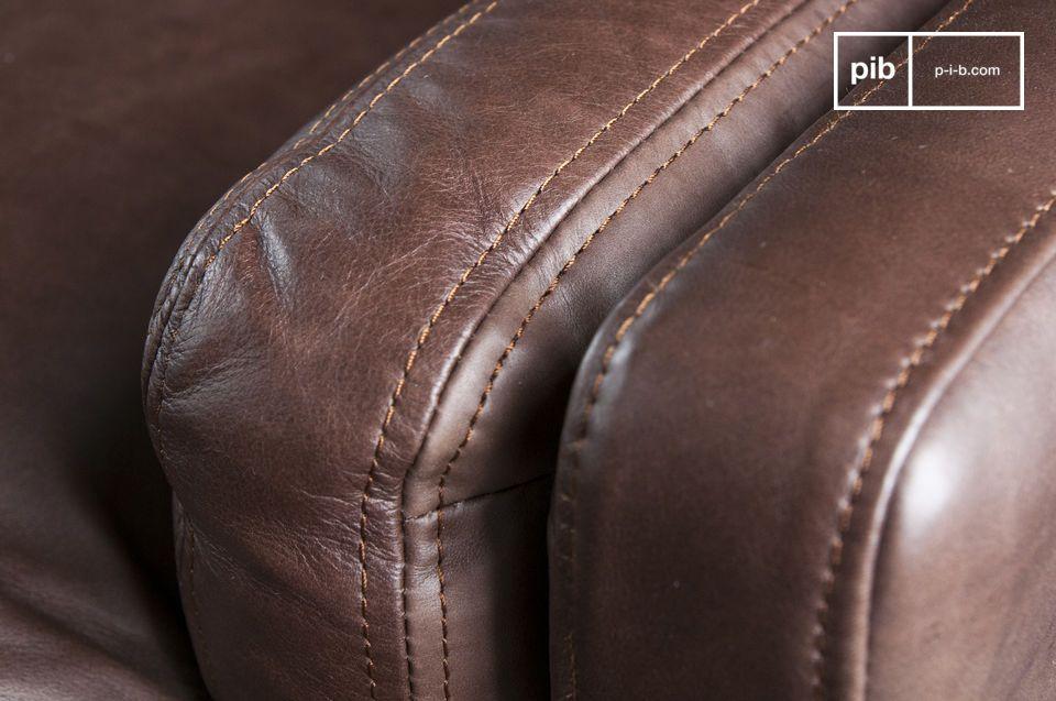 De diepe zitting is samengesteld uit royaal gevulde kussens die op veren en dwarsband zijn geplaatst
