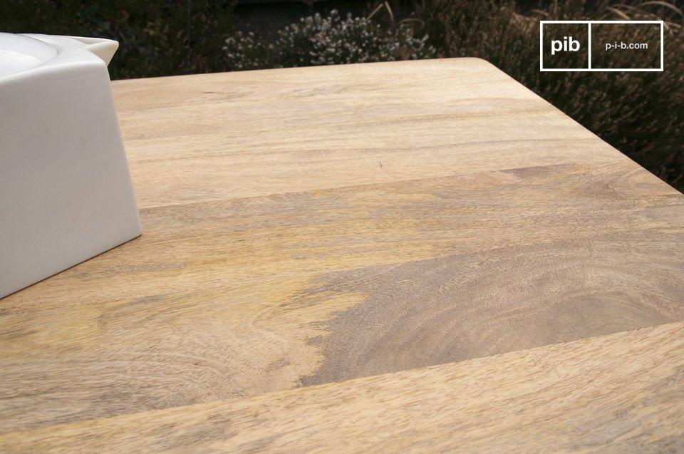Met metalen versterkingen in het tafelblad, is de grote Môka tafel een stevig meubelstuk