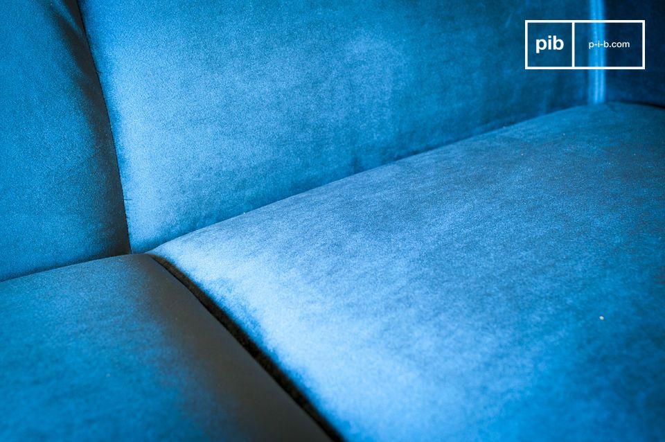 Dit diepe blauwe fluweel is onderdeel van de tijdloze vintage look van de Viela-sofa en is makkelijk