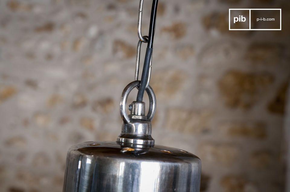 Met zijn klassieke lijnen en hoogwaardige afwerkingen biedt de Grote zilveren hanglamp Lynce het