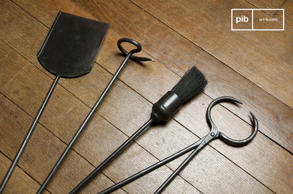 De set bestaat uit vier stevige metalen elementen die van essentieel belang zijn voor je haard