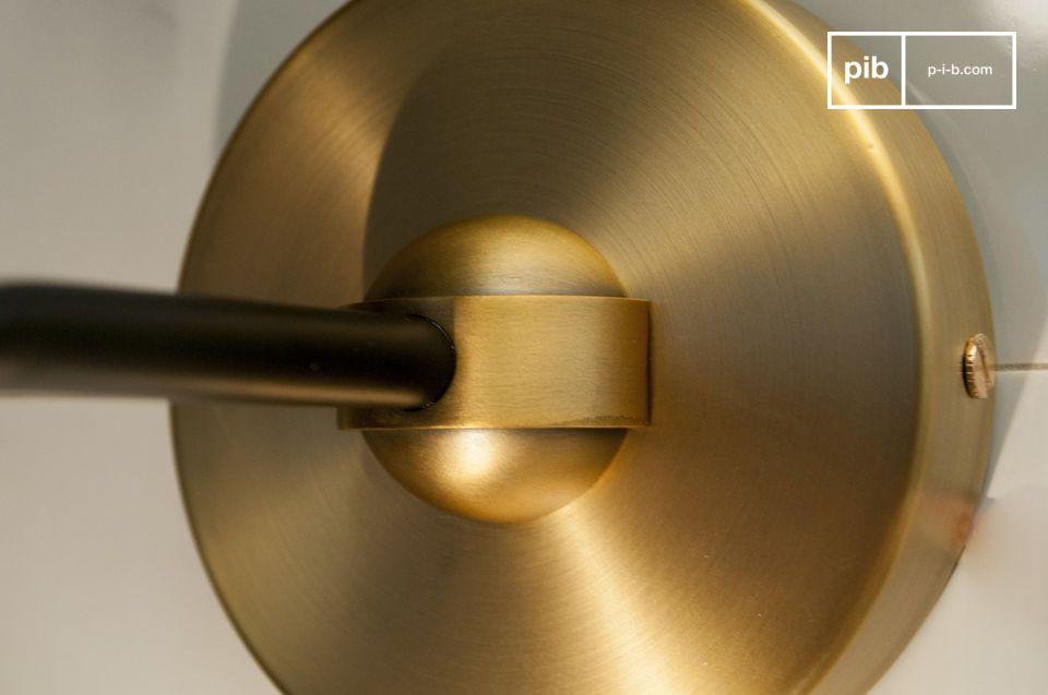 De zuiverheid van glas en de elegantie van gouden aluminium gecombineerd voor deze wandlamp