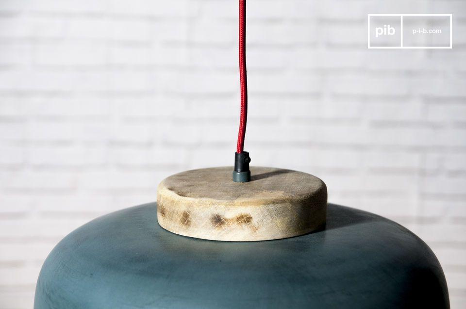 Een hanglamp met een combinatie van kleur en soberheid