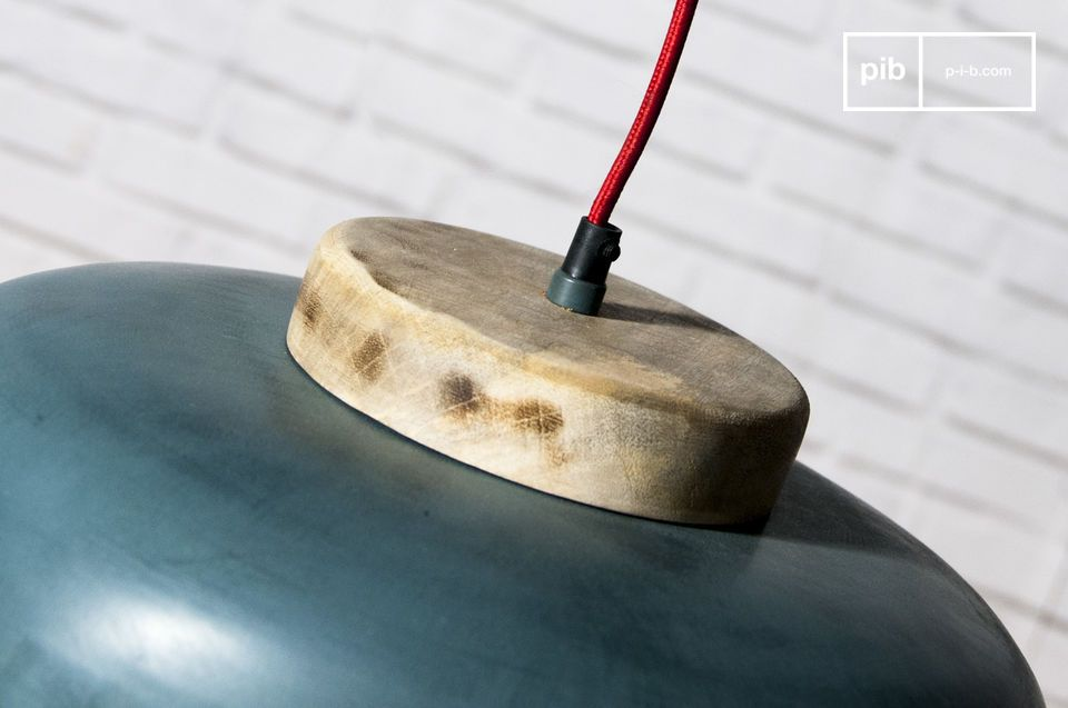 De lampenkap bestaat uit metaal