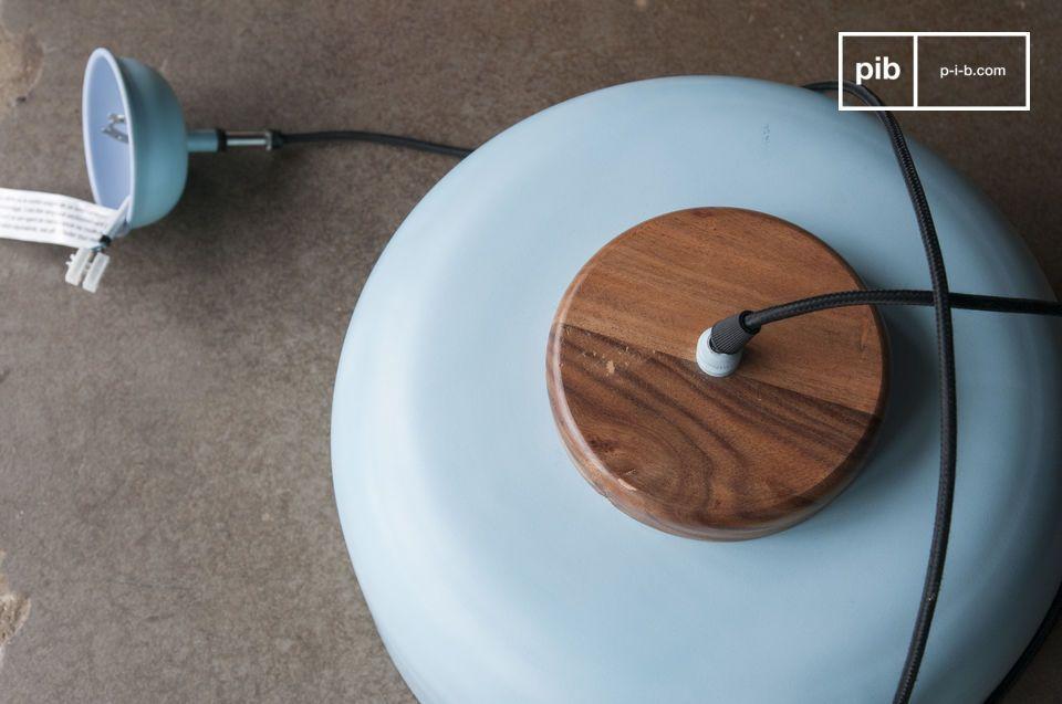 De lichtblauwe kleur van de klokvormige lamp met zijn brede randen contrasteert met de gelakte
