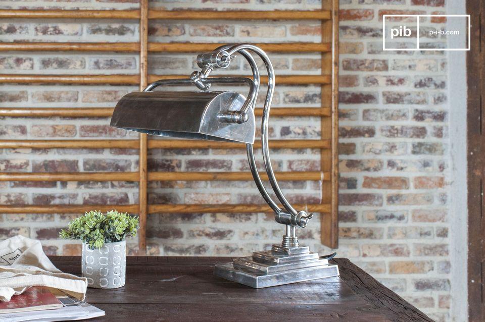Een verstelbare bureaulamp in chique industriële stijl