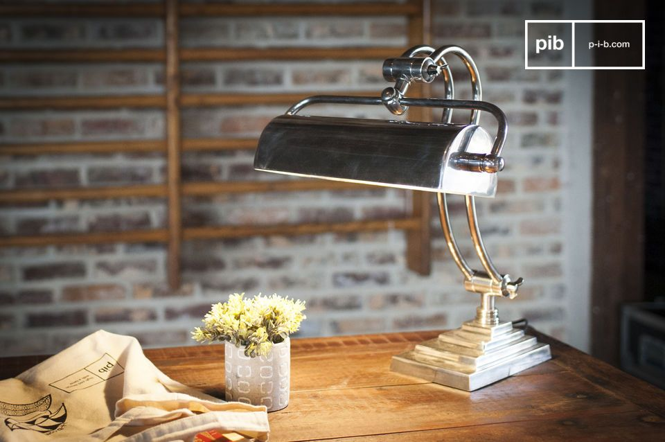 De bureaulamp Hedges combineert messing met een zilver gelakte afwerking voor een resoluut art-deco