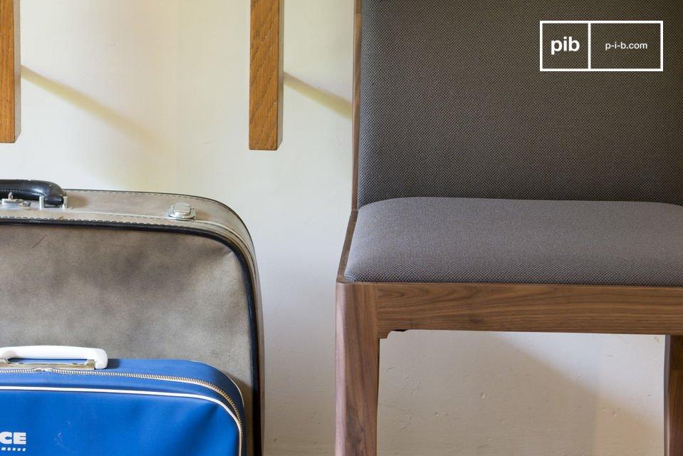 Geniet van de rechte lijnen van de Hemët stoel die eindigen in een ronde vorm welke een zekere