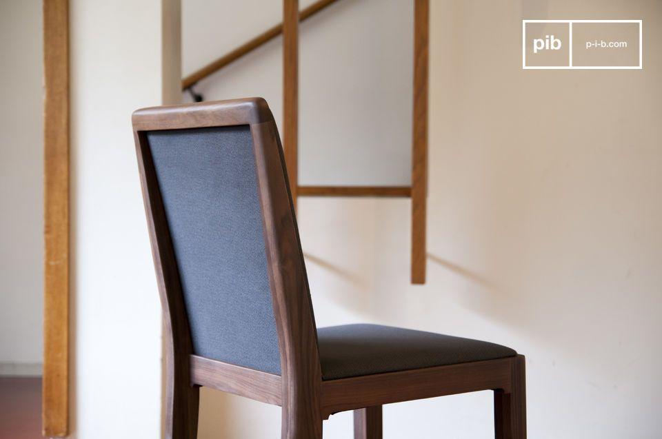 De stoel heeft een comfortabele en vuilafstotende zitting