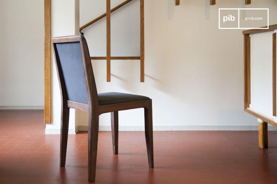 Een stoel die dankzij de soberheid past rond een donkere houten tafel