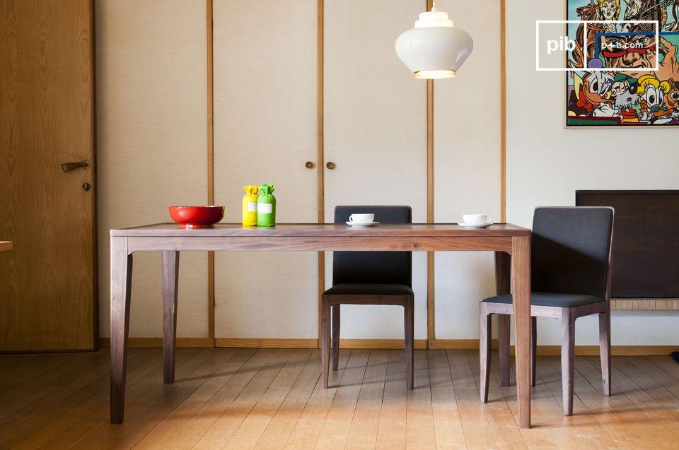 Volledig gemaakt van massief notenhout, de Hemët tafel bevat een stijl die doet denken aan de Scandinavische meubels van midden twintigste eeuw; sober harmonieus en zeer netjes