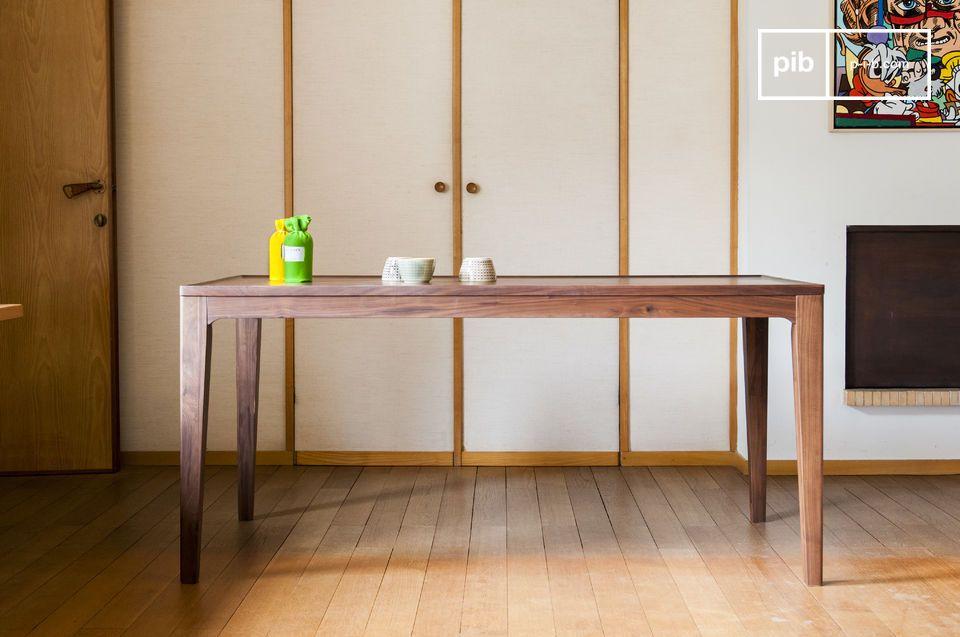 De Hemët tafel kan omringd worden door donkere houten stoelen, of voor een esthetisch contrast met zwarte stoelen of licht hotuen stoelen
