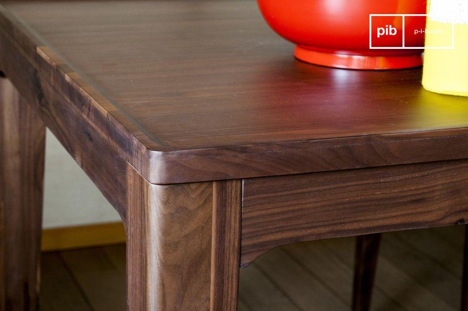 De Hemët tafel kan omringd worden door donkere houten stoelen