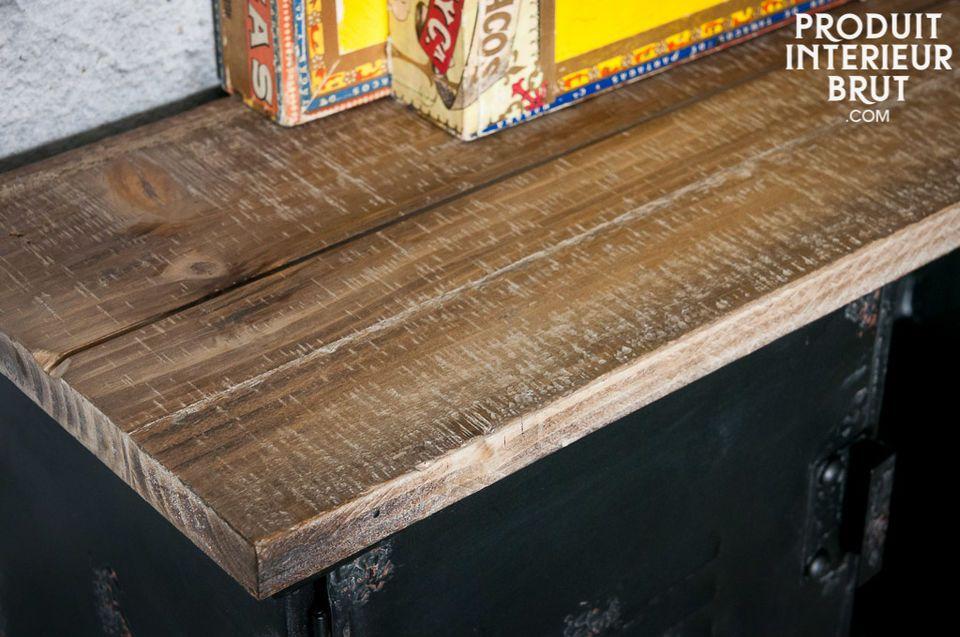 De Hester kapstok is een klein wandmeubel die een industriële stijl zal toevoegen in je huis