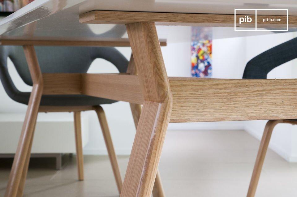 Met zijn witte gelakte tafelblad op een stevige eiken basis is de High on Wood tafel een ongewone en