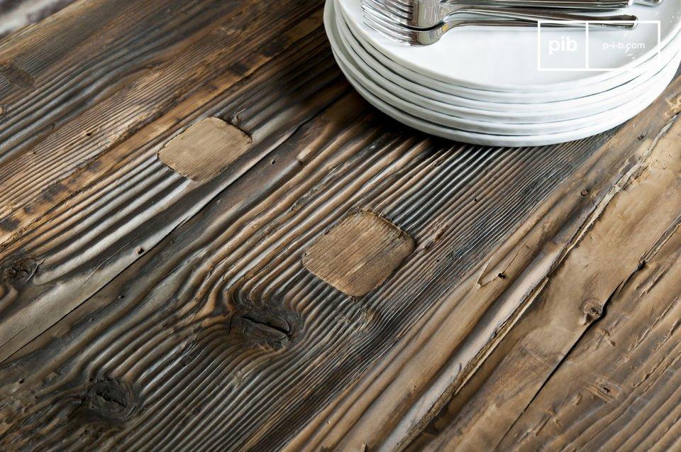 Het tafelblad van deze tafel is gemaakt van een hele boomstam, dit zorgt voor veel stevigheid